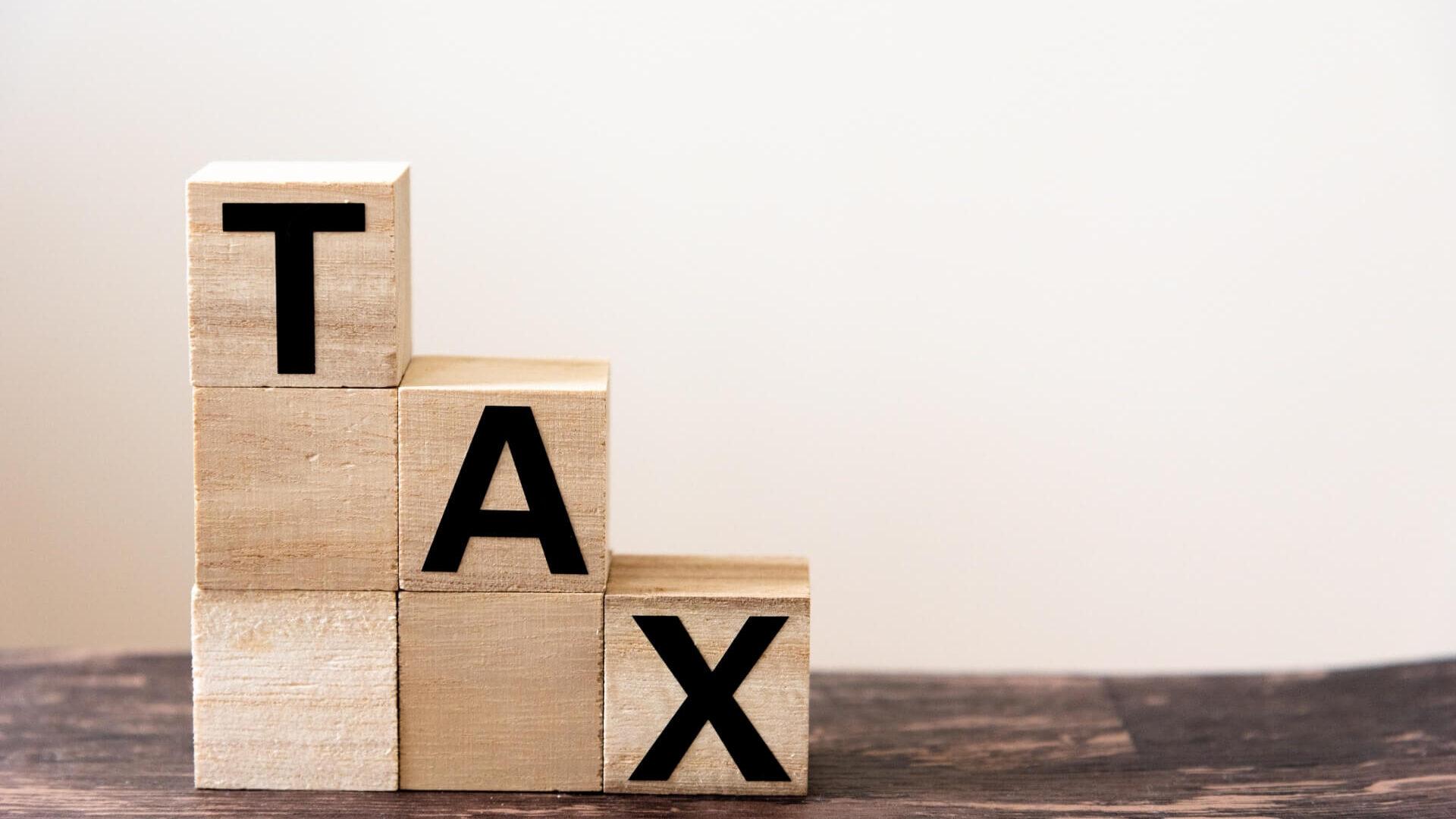 段階的に下がる税金を表現した積み木
