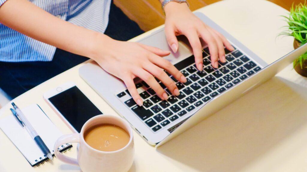 パソコンを操作する人