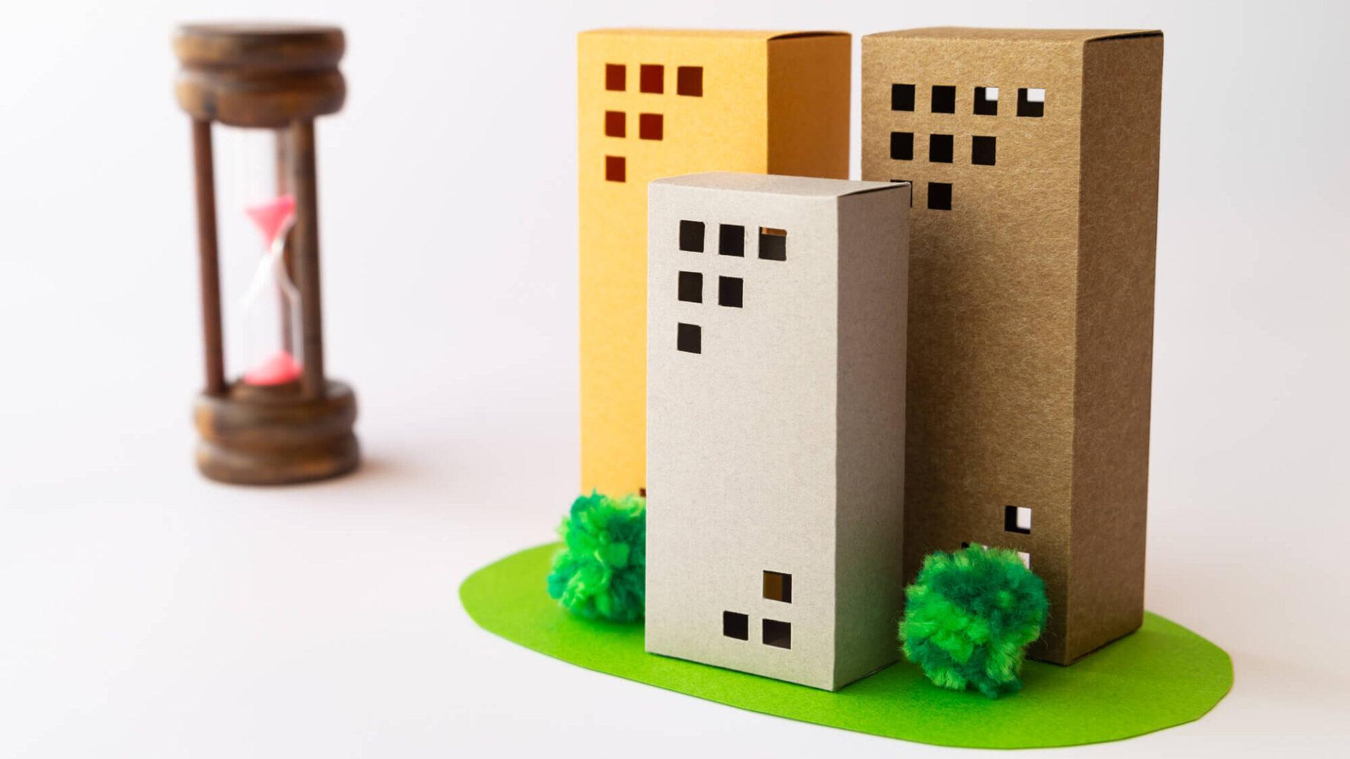 砂時計とマンションの模型